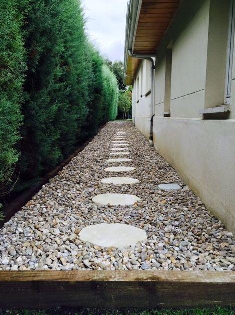 Pasillo de aridos con camino de paso japonés