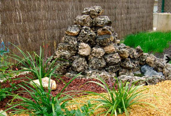 Fuente y estanque. Aridos. Arbustos. Piedra.