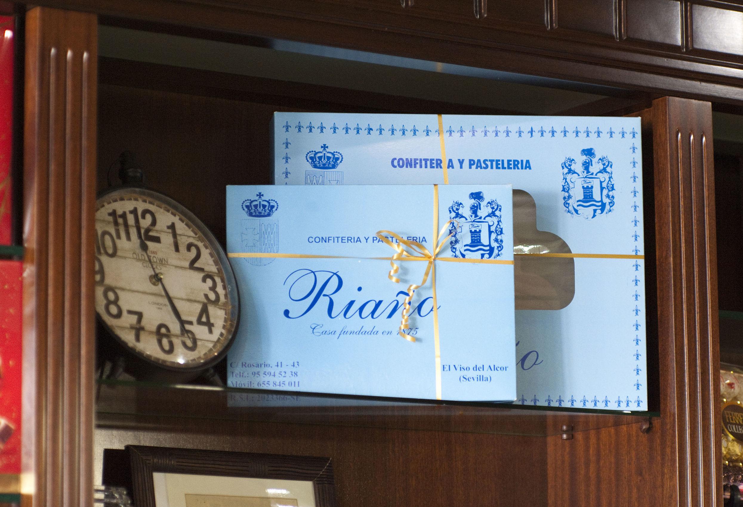 Cajas de pasteles y pastas