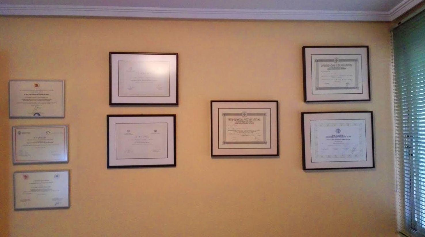 Diplomas varios por asistencia a Cursillos de reciclaje.