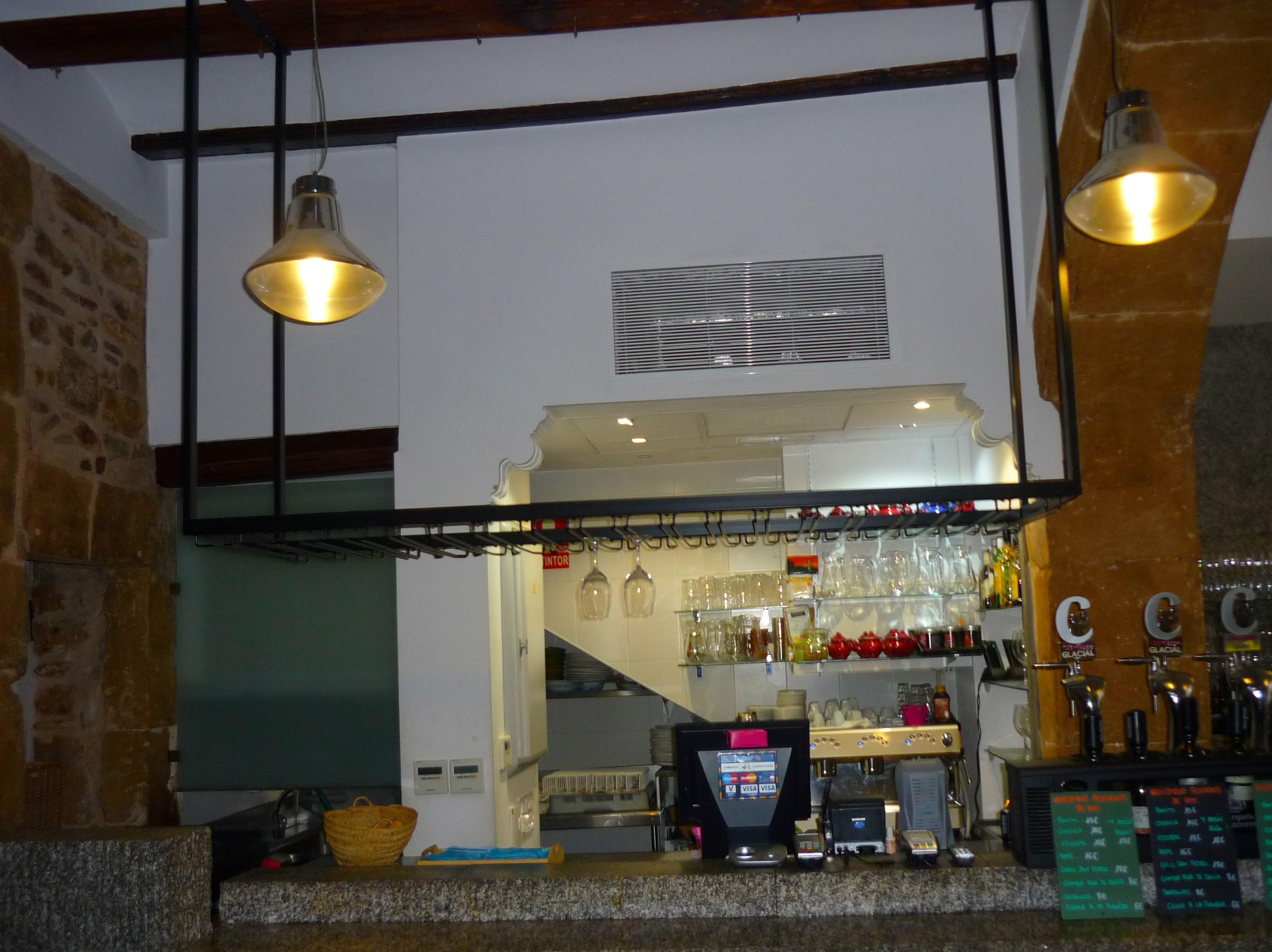 Estantería para copas en restaurante de Denia