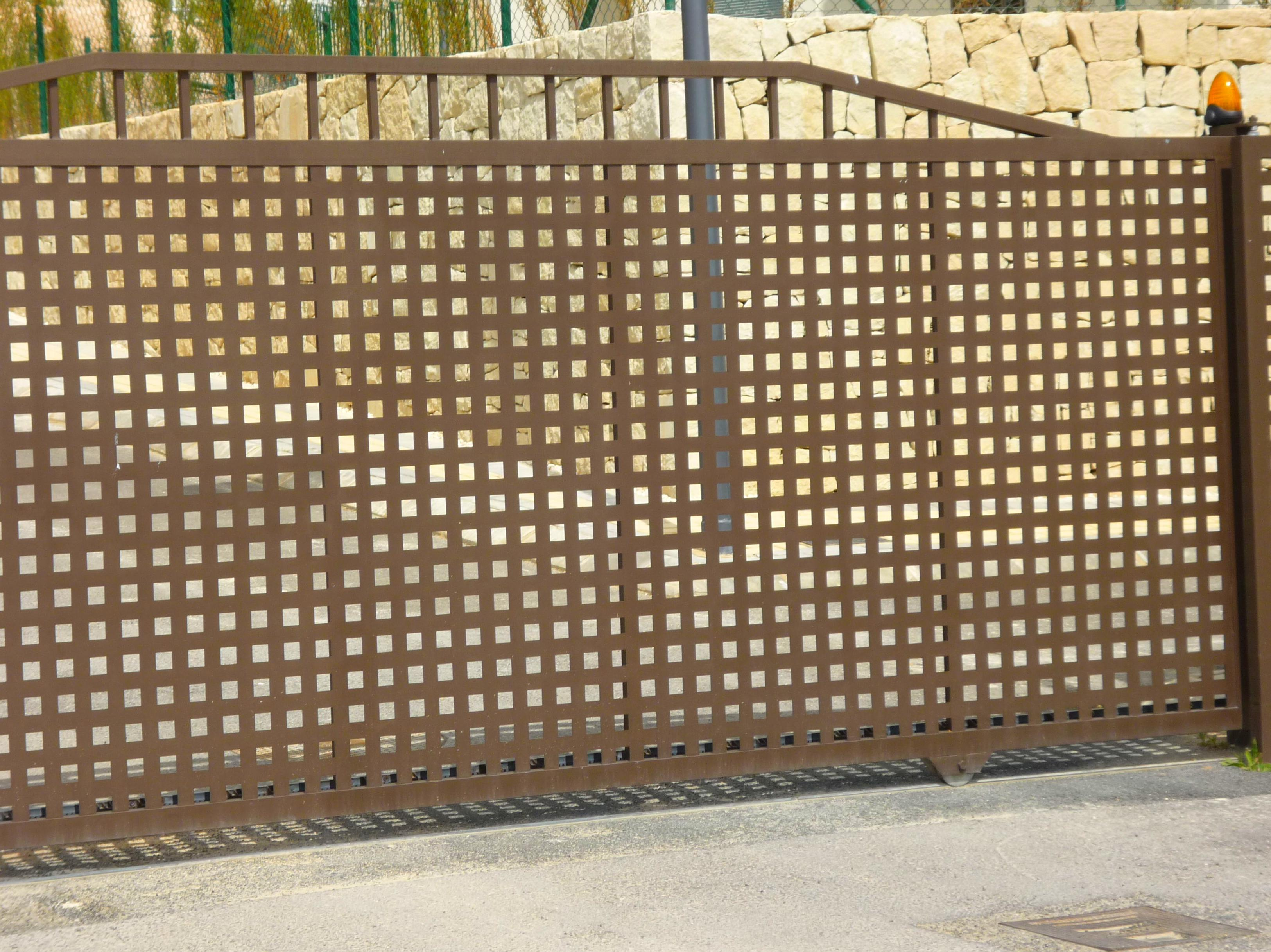 Puerta corredera en sierra cortina (Benidorm)