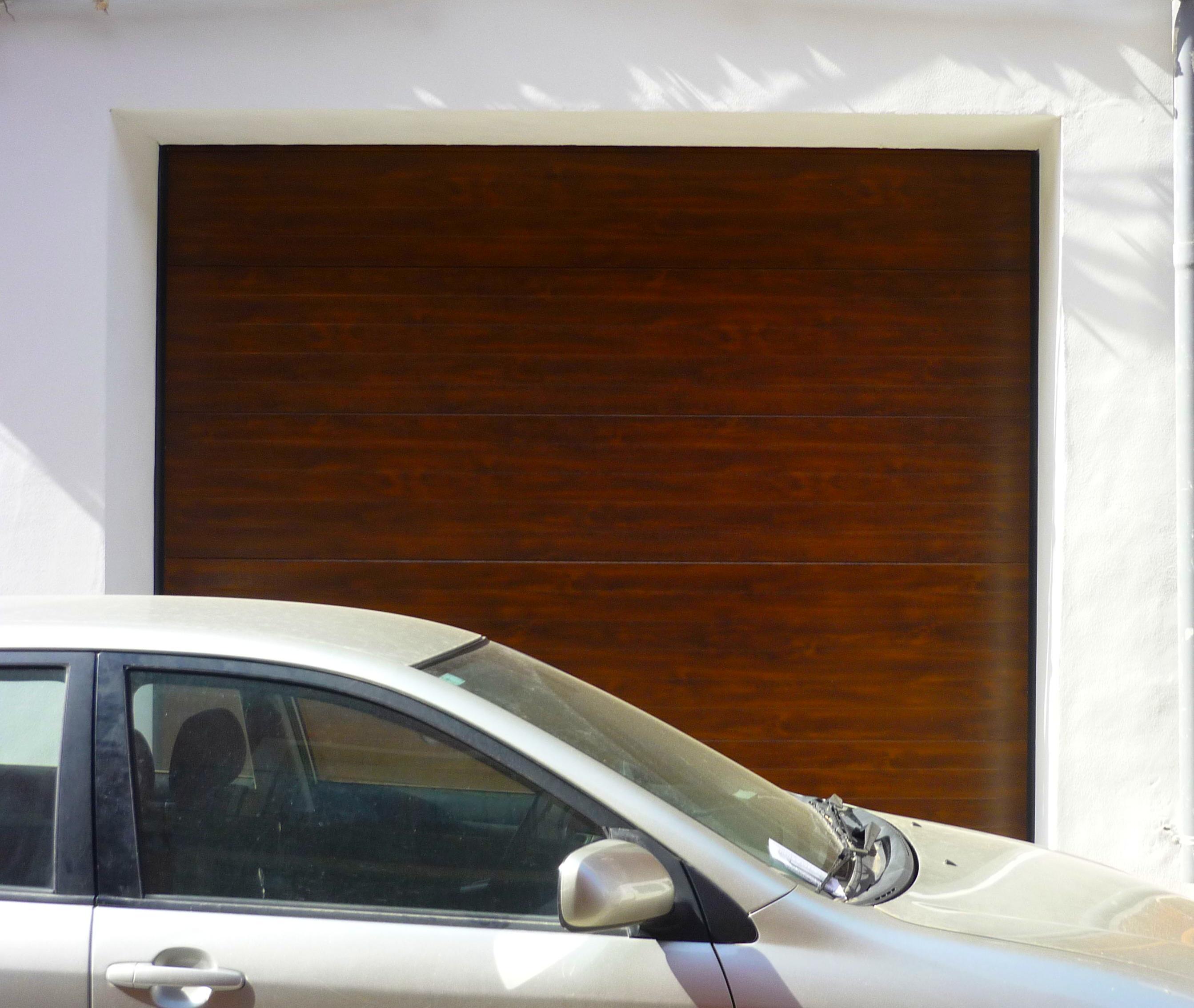 Puerta seccional imitacion madera en calle Pare Pere (Denia)