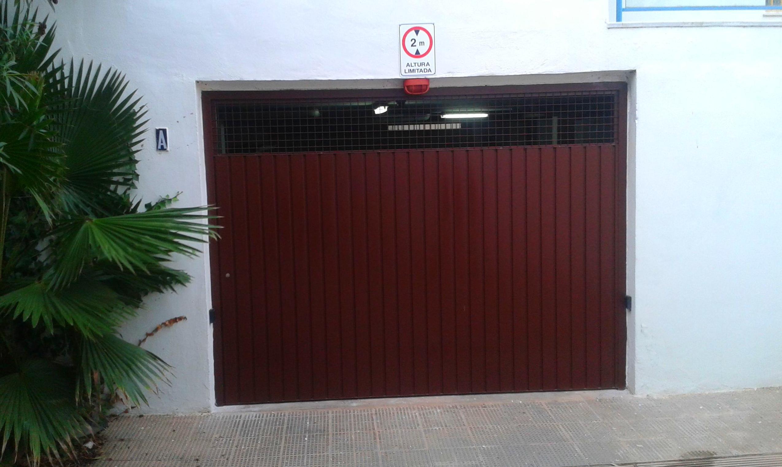 Puerta de garaje en urbanización la Alberca (Denia)