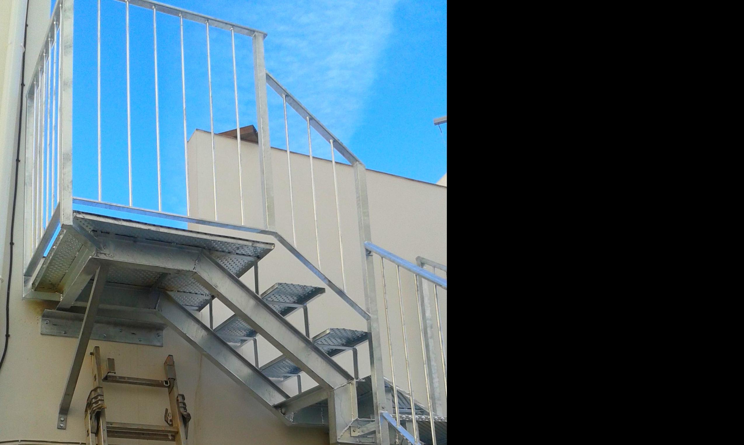 Escalera galvanizada con peldaño compensado
