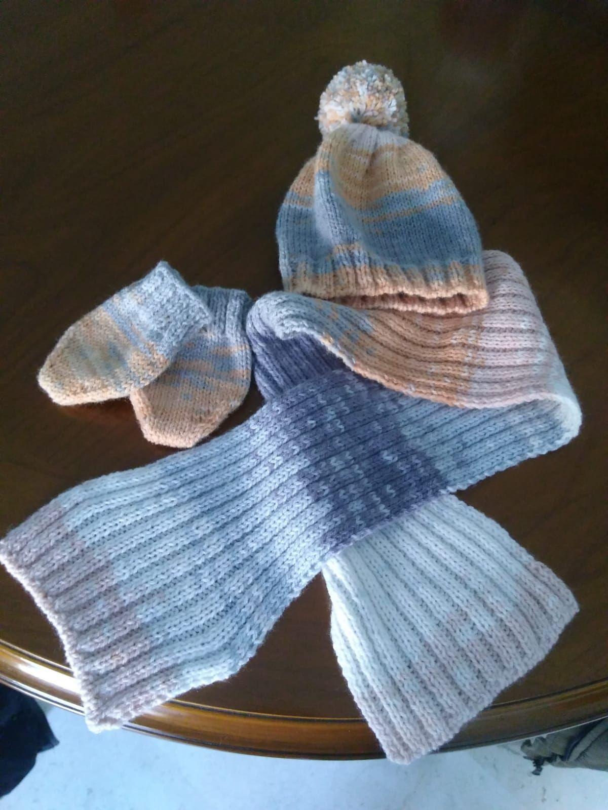 Conjunto de gorrito, bufanda y patucos para bebé.