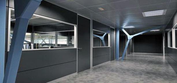 Instalación de mamparas divisorias en estructura de aluminio
