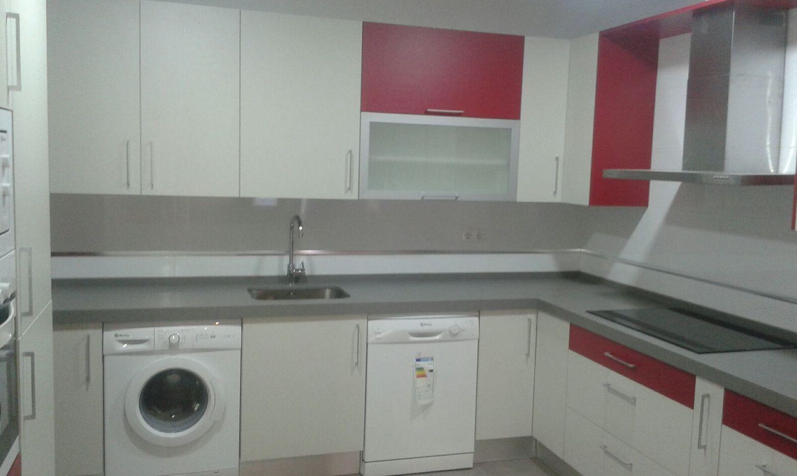 cocina a medida de color blanco y rojo