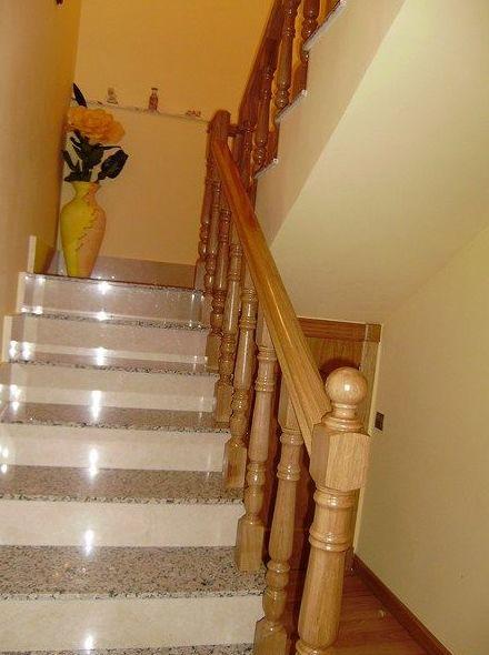 Barandilla de madera en escalera