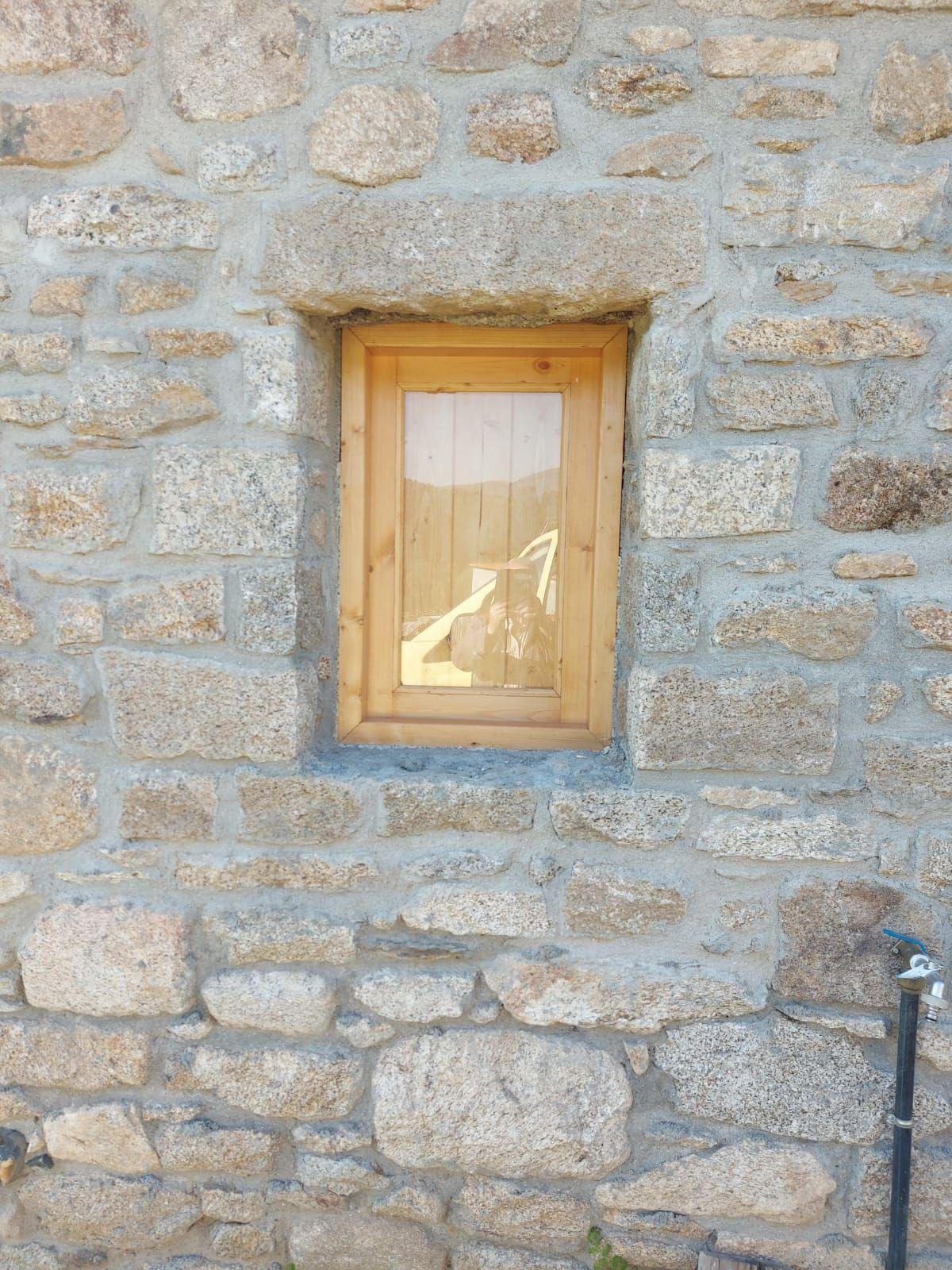 Interior y exterior de ventana todo en rústico