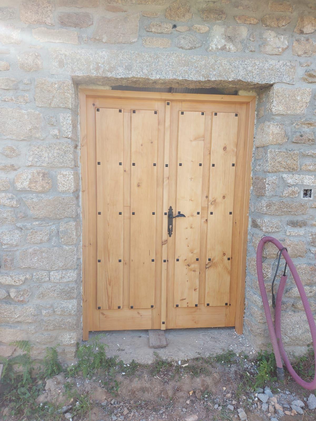 Puerta bodega hecha en madera pino en rustico Parte exterior