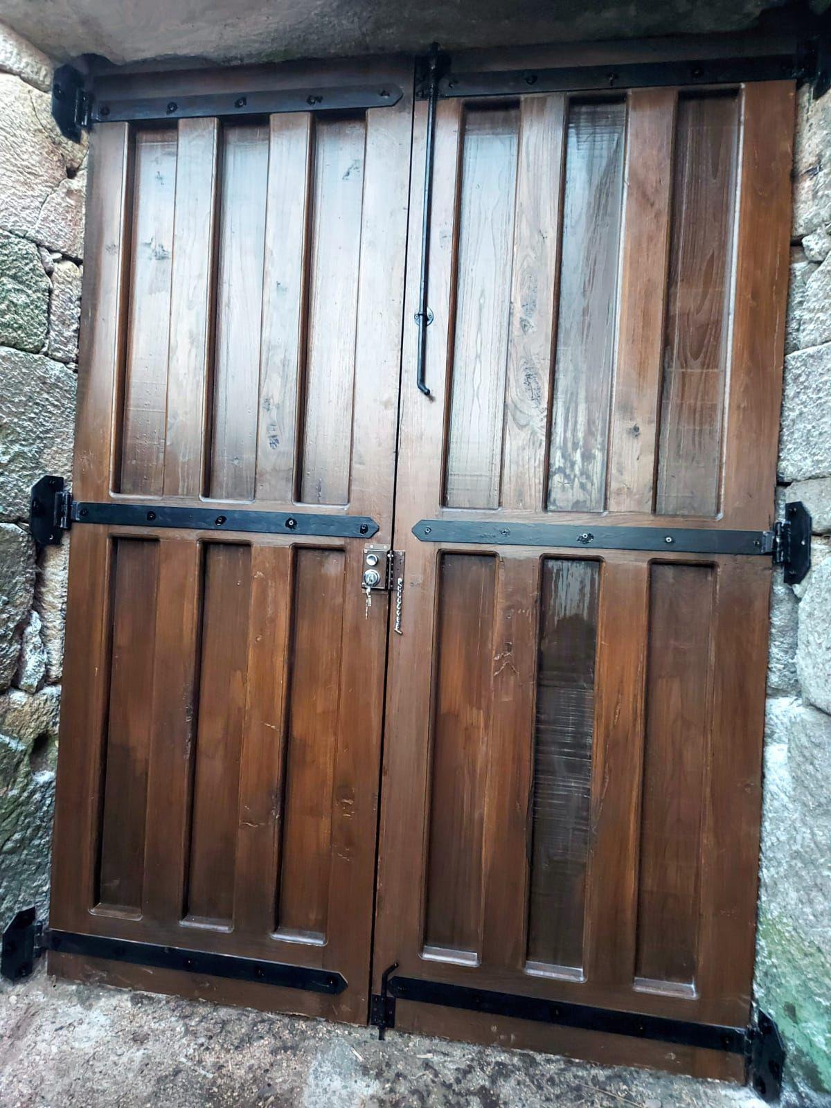 Mueble bajo escaleras en madera maciza de roble