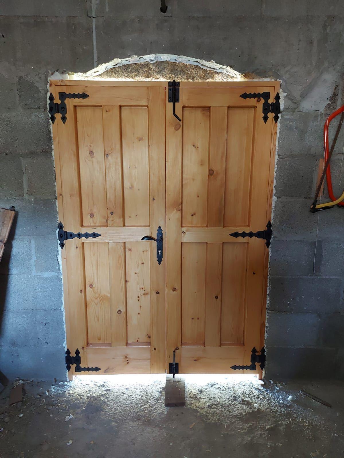 Puerta bodega hecha en madera pino en rustico Parte interior