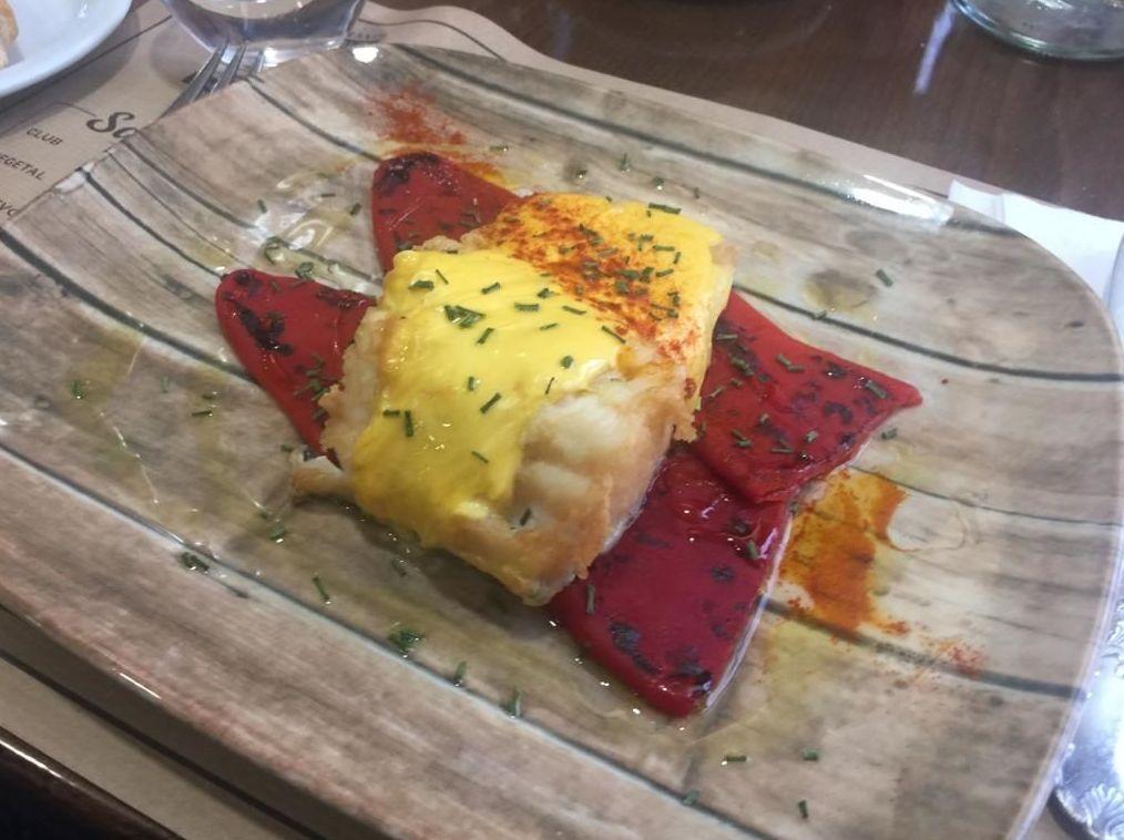 Salmón a la plancha con salsa holandesa