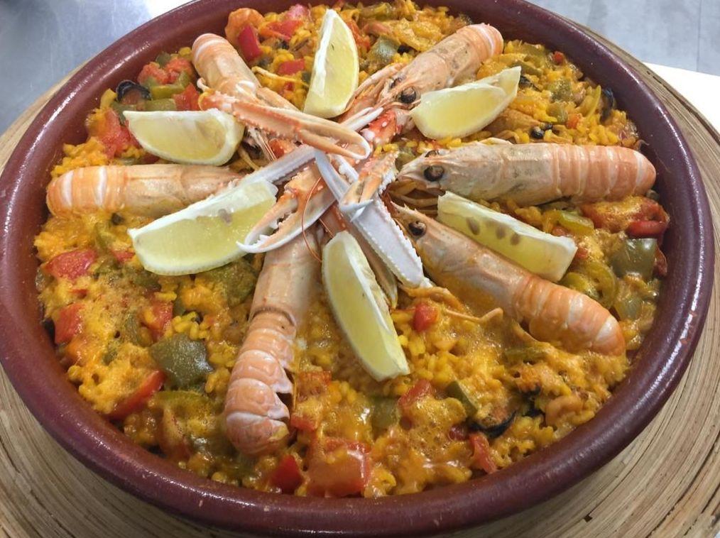 Paella de verduras y marisco