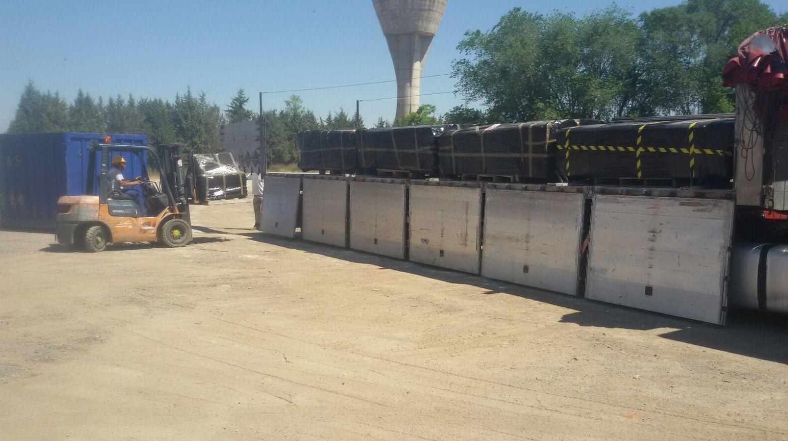 Transporte residuos con amianto de una cubierta de la antigua Uralita en Madrid