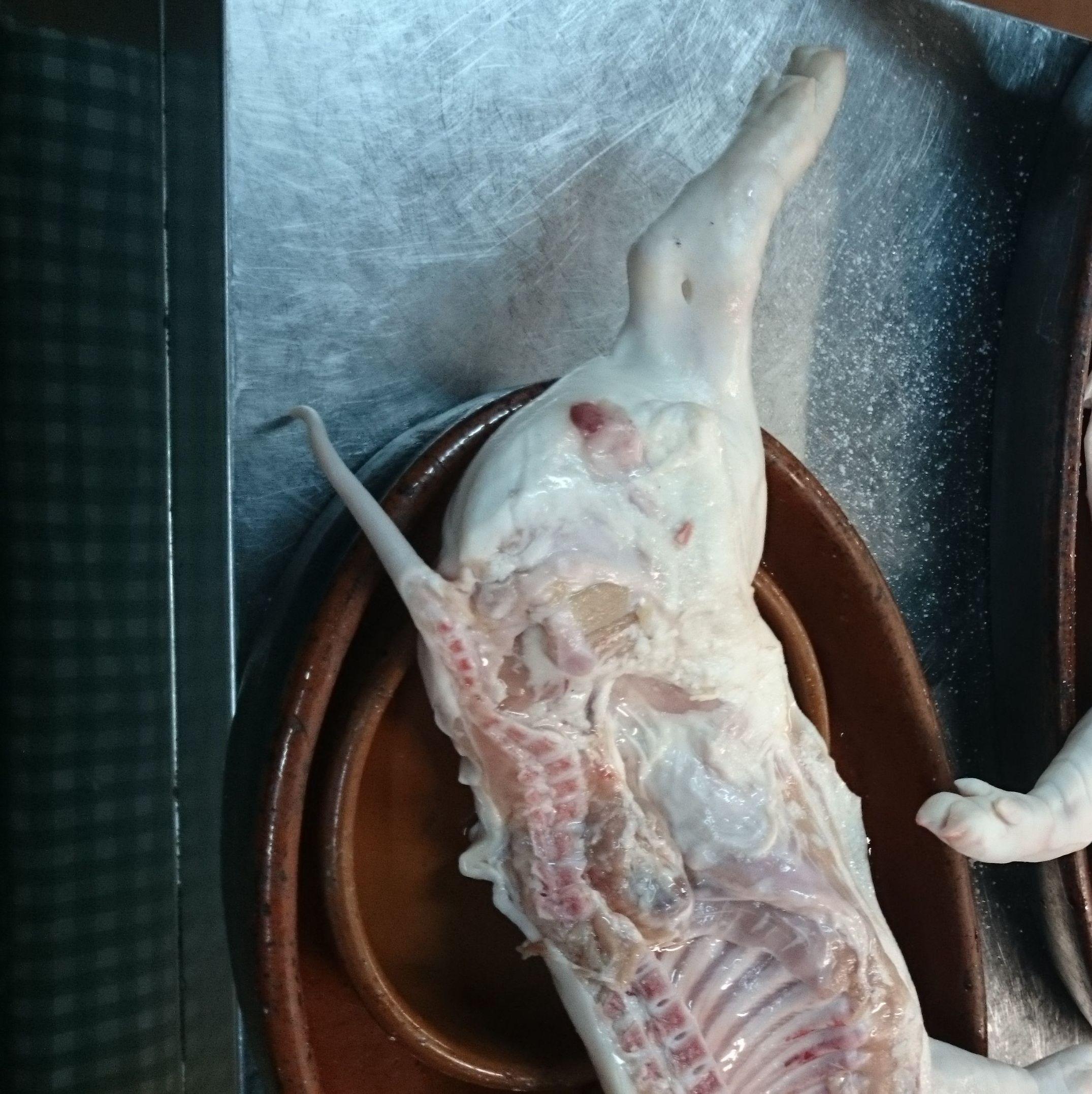 Lechazo, cochinillo y cabrito asado en horno de leña.
