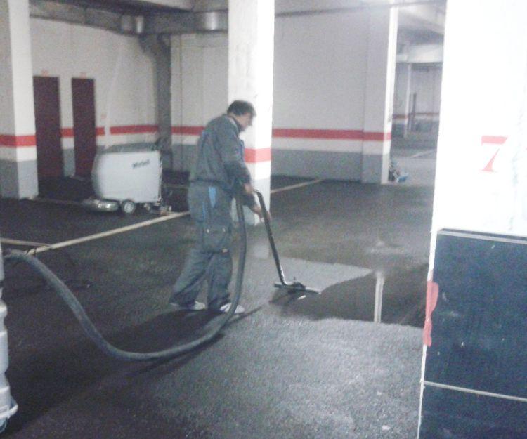 Retirada de agua de suelo de garaje