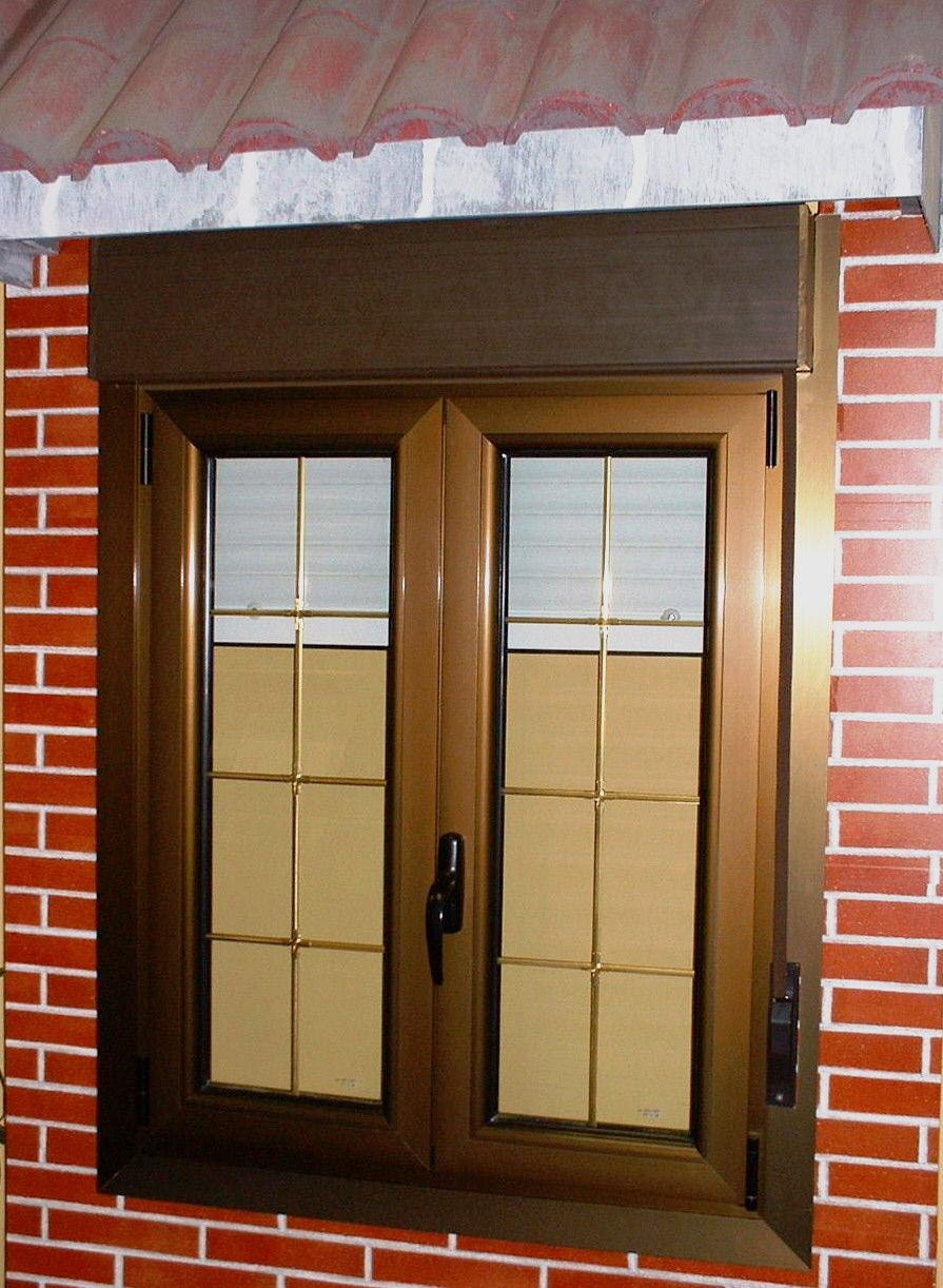 Ventanas de aluminio con persianas ventana practicable y abatible con cmara y persiana en - Ventana con persiana integrada ...