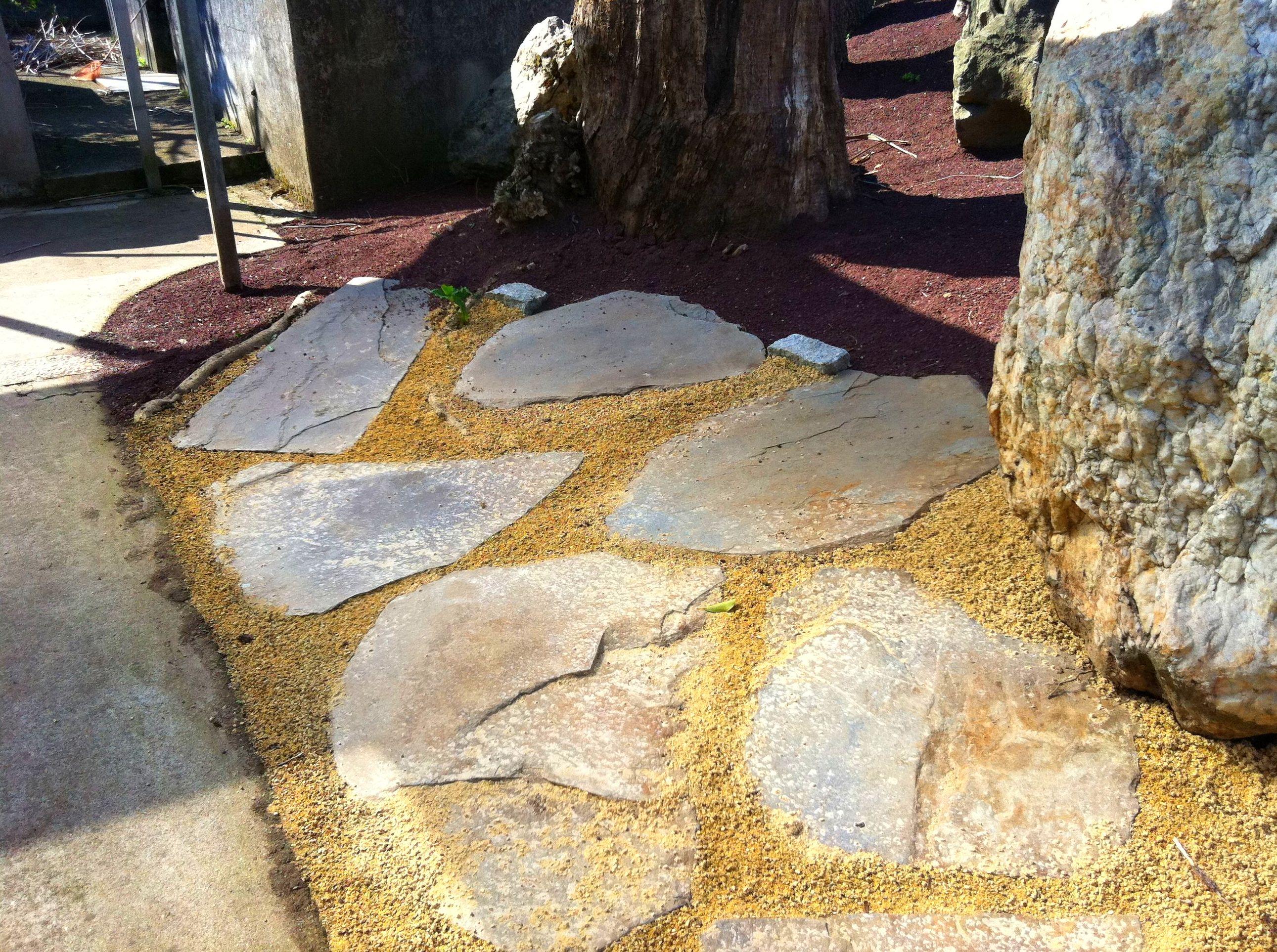 Combinación de losas de piedra y áridos en jardín