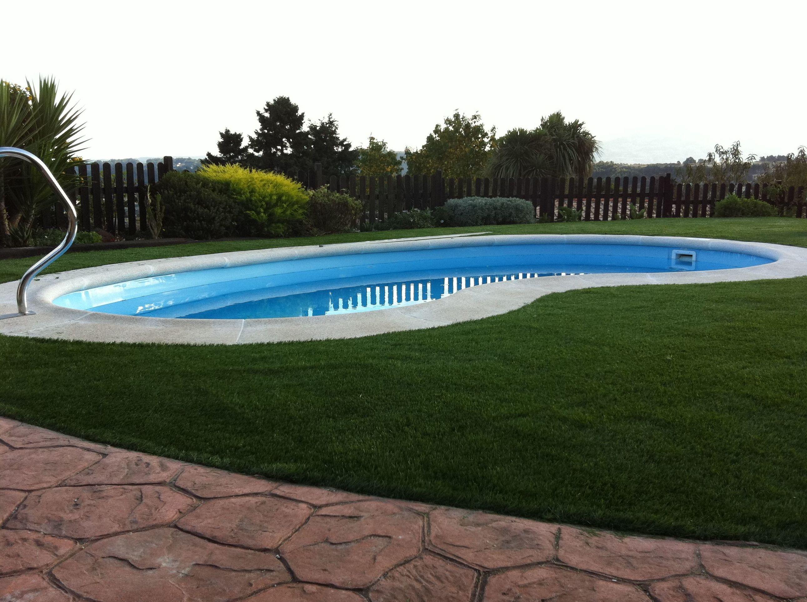 El césped artificial y la piscina