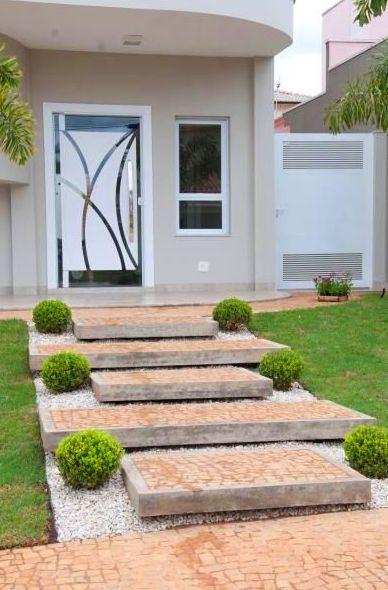 Jardín minimalista en entrada de casa