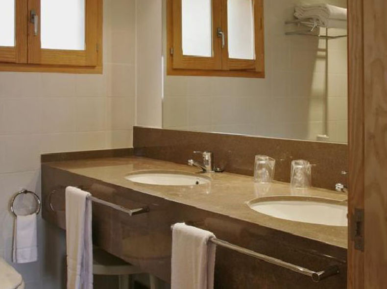 Habitaciones con baño completo y productos de aseo personal