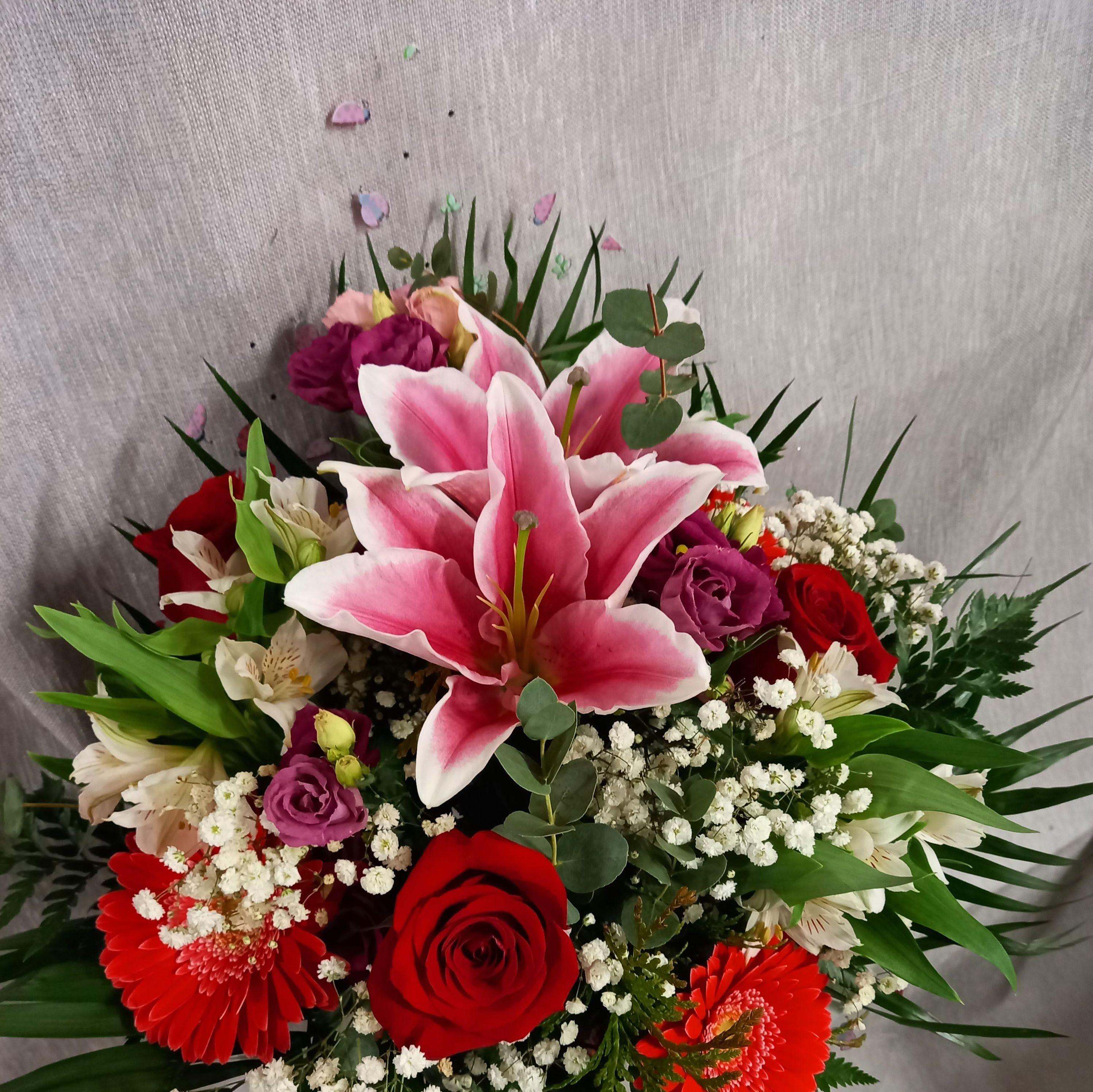ramo variado lilium, gerberas, rosas rojas, astromelia lisiantums