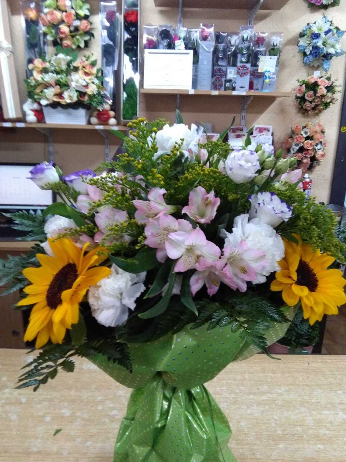 ramo de regalo con girasoles y claveles: CATALOGO de Floristería Manuela