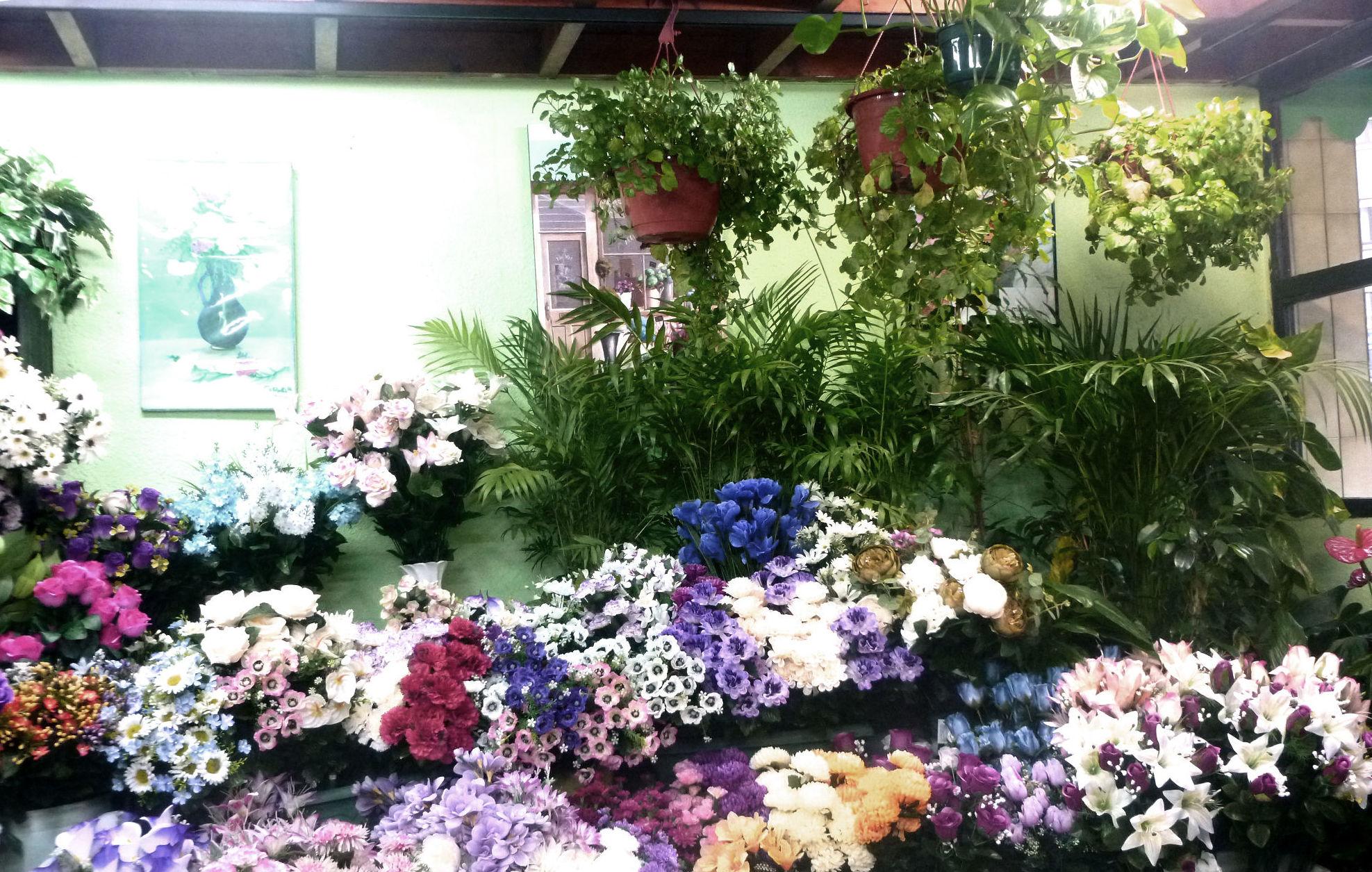 Amplia variedad de flores de artificiales para la fecha de Difuntos