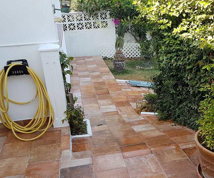 Instalación de pavimento exterior en Marbella, Málaga