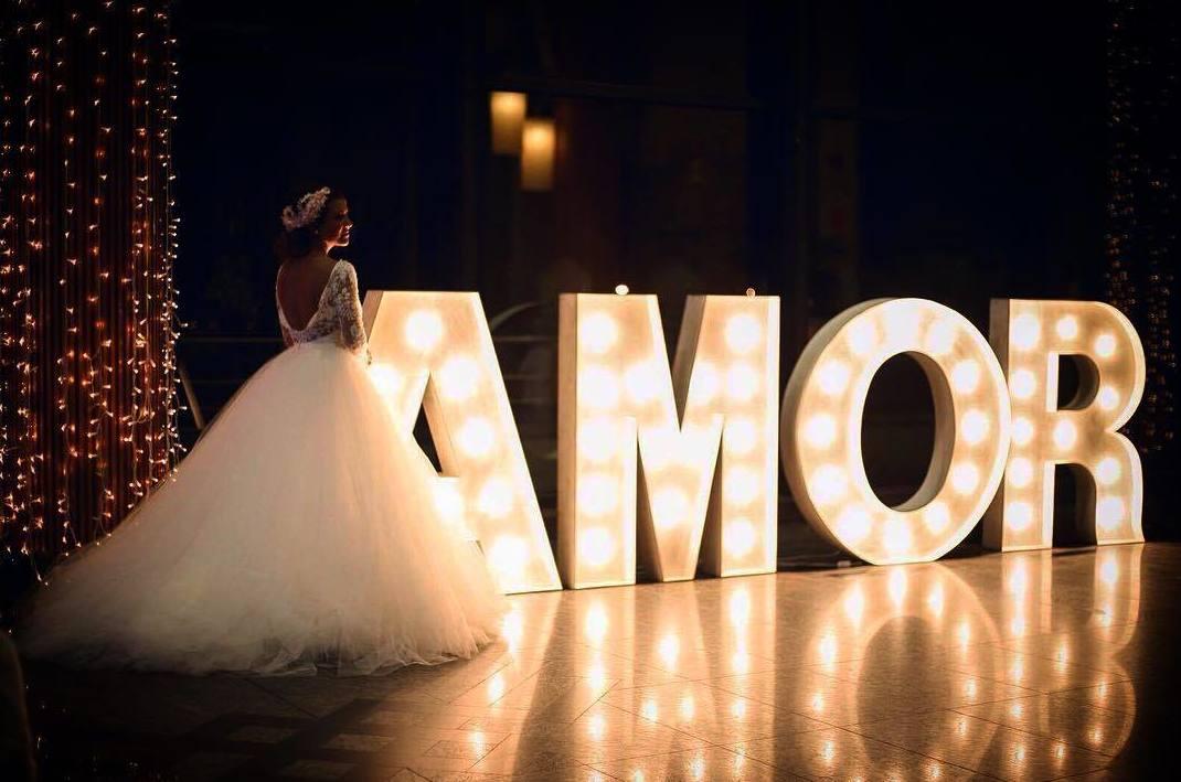 Composición AMOR con bombillas: Decoración de eventos de DeMadera Chic
