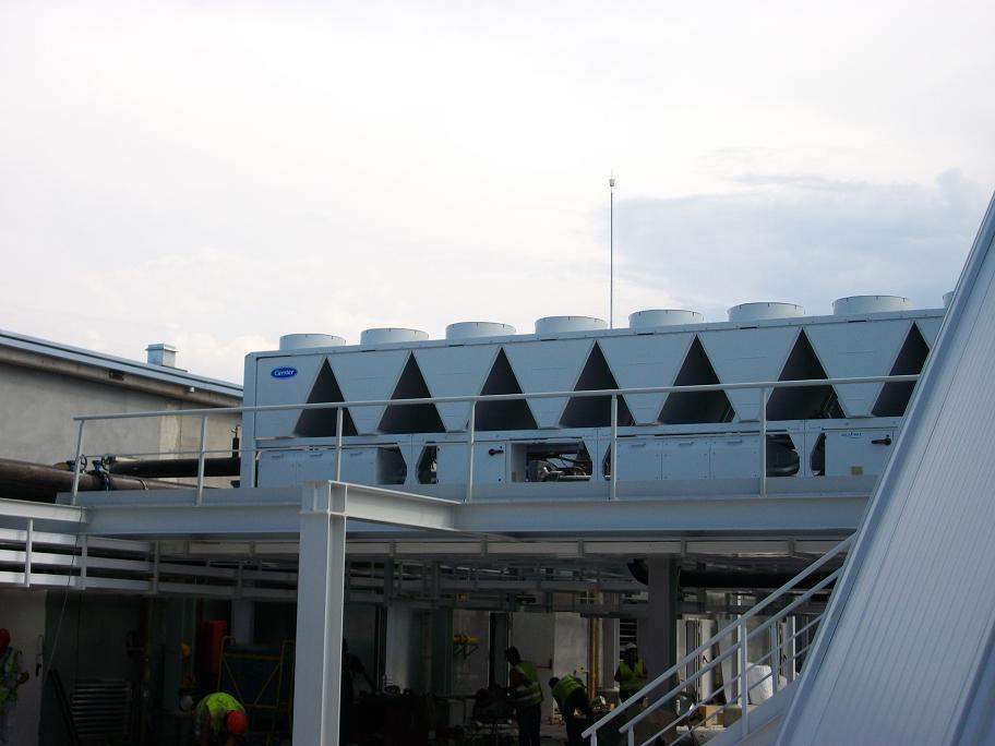 Unidad exterior Carrier en centro comercial