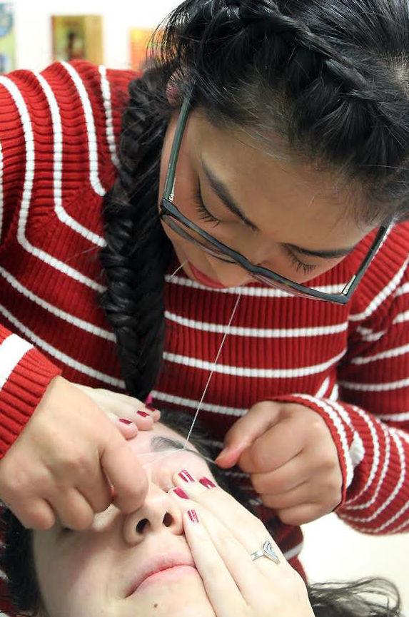 Diseño de cejas mediante depilación con hilo en Madrid centro