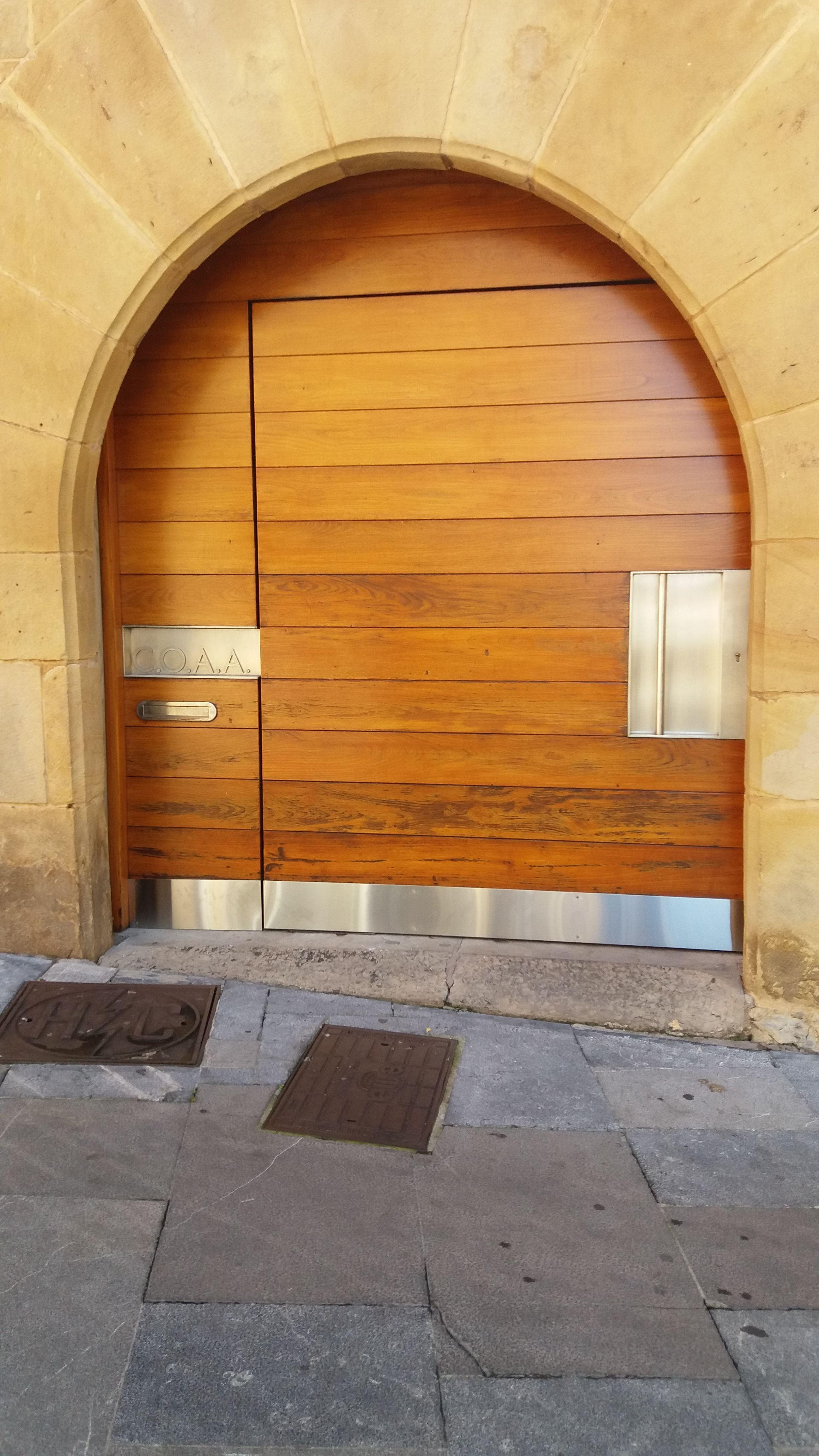 Puerta de madera rehabilitada en Gijón
