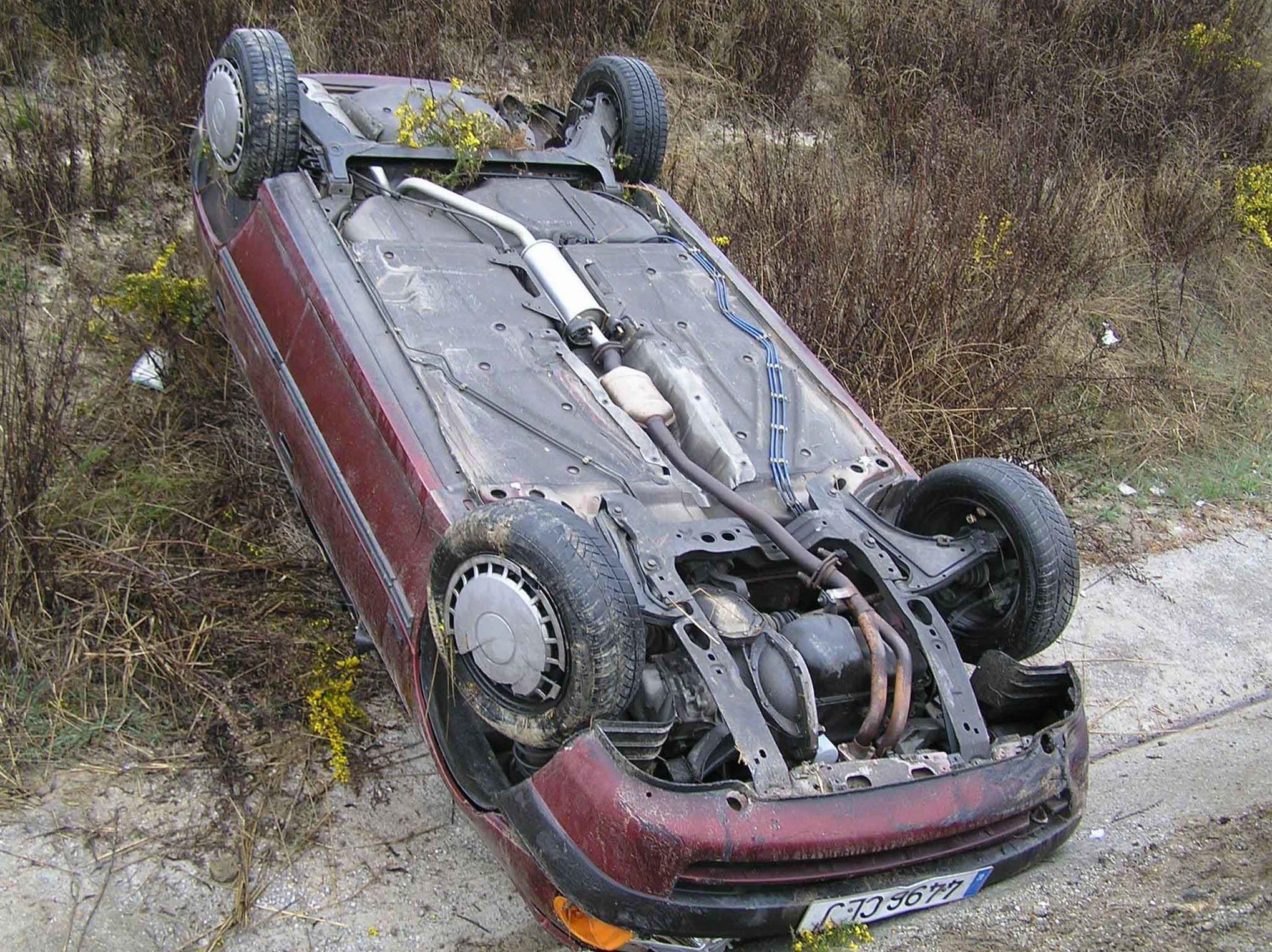 Dos heridos tras caer en coche por un terraplén de veinte metros en una carretera de Parres