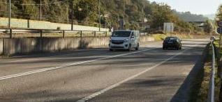 Cuatro heridos al salirse un coche de la vía en Ciaño y precipitarse al Corredor