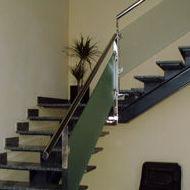 Escalera con barandilla de hierro