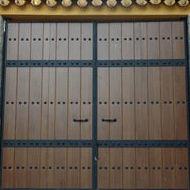 Puerta de hierro con panel imitación madera