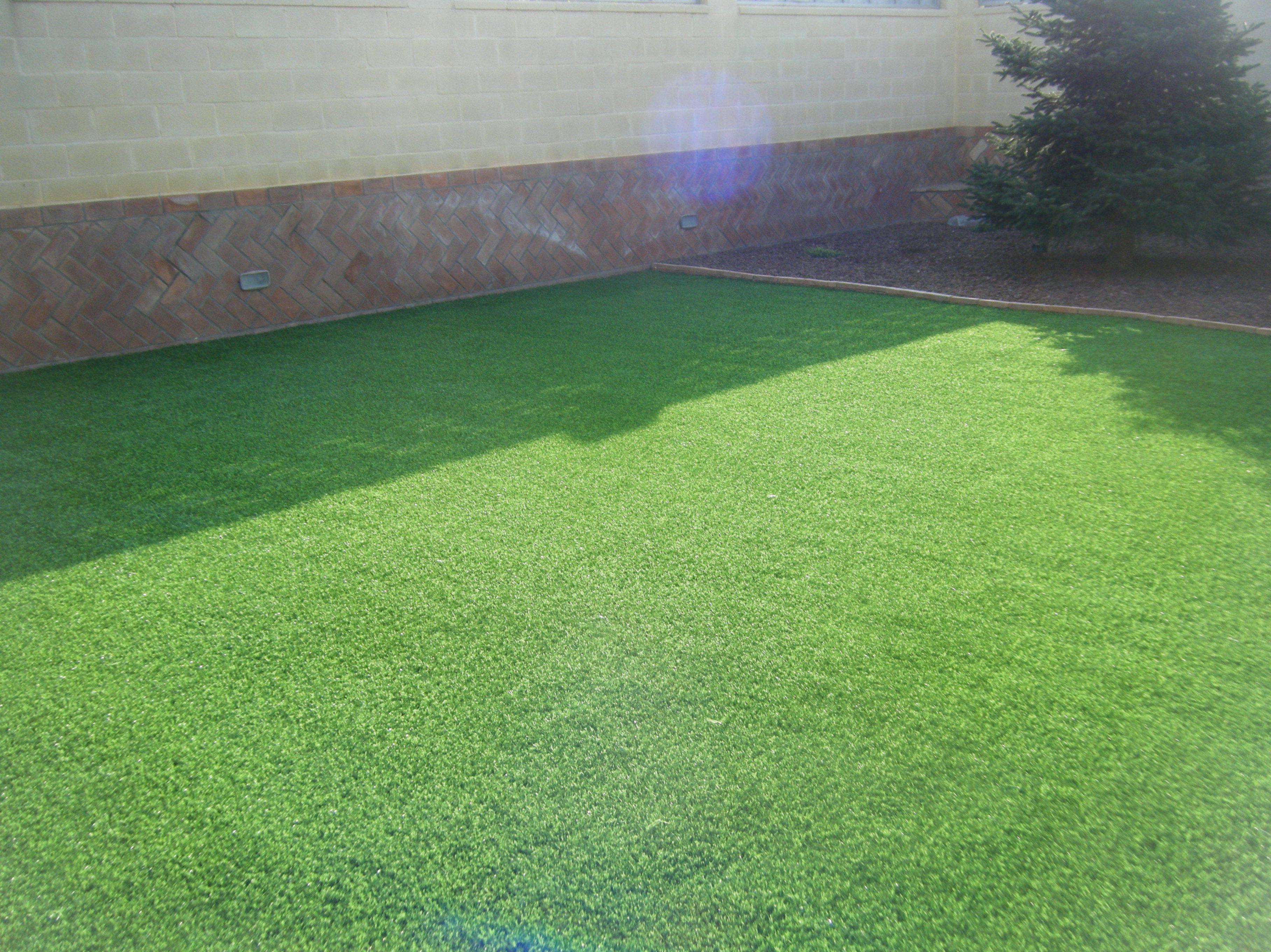 Proyecto paisajismo Ches Pa en jardín, Valencia, con césped artificial . Después.