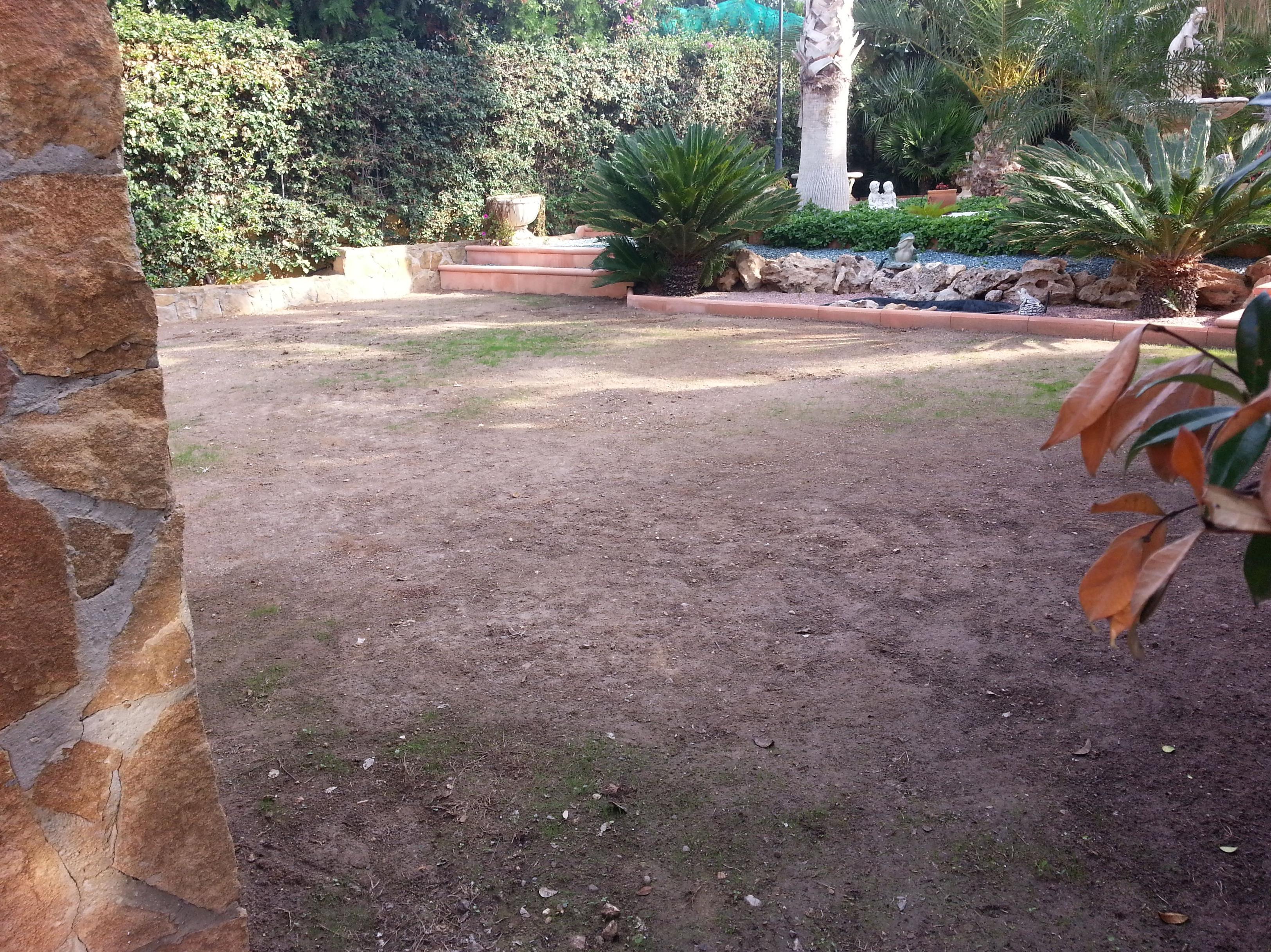 Jardín particular en Valencia con céspede artificial y zona de juegos, con columpio niños.