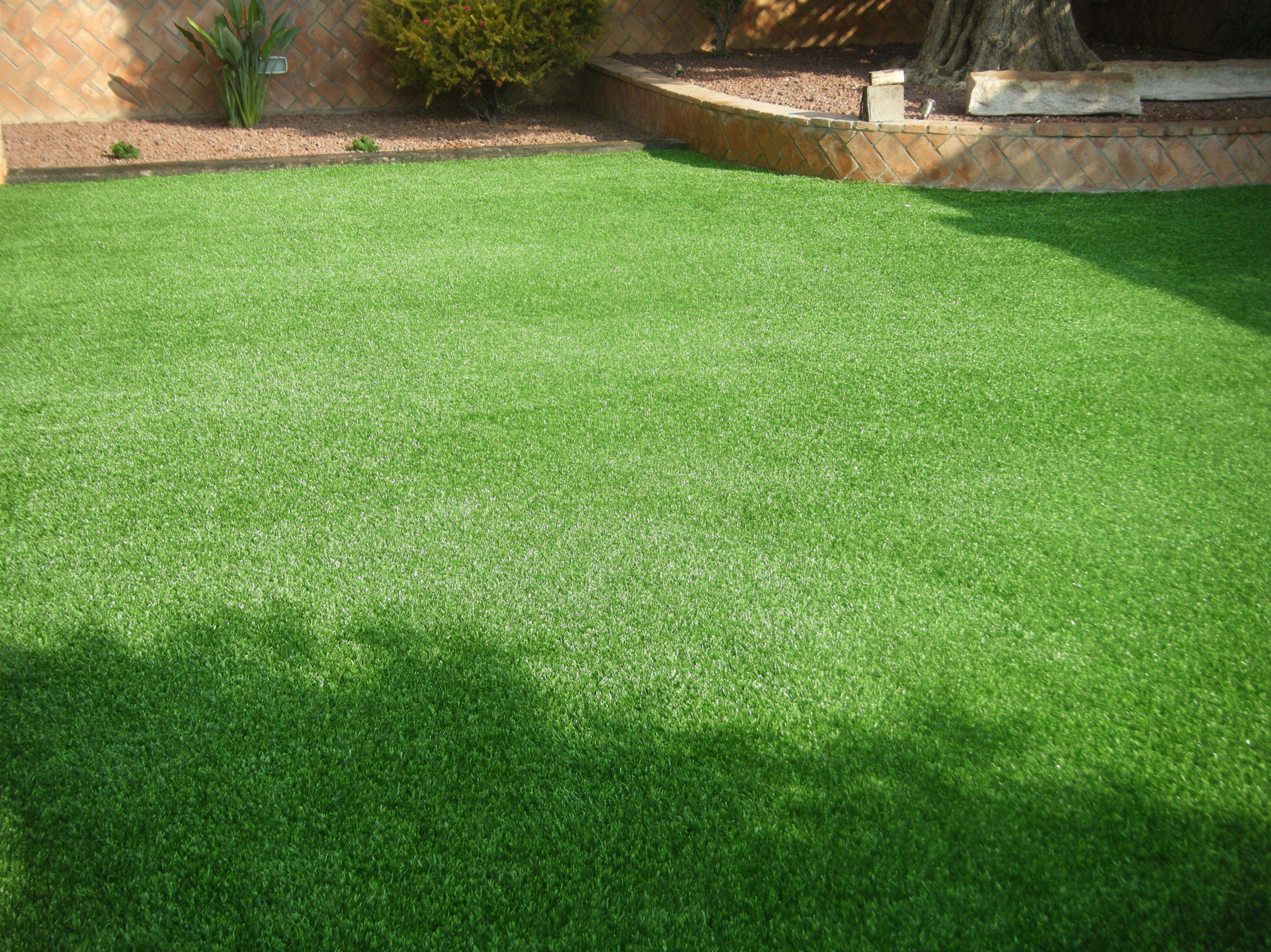Proyecto paisajismo Ches Pa en jardín particular con césped artificial. Después.