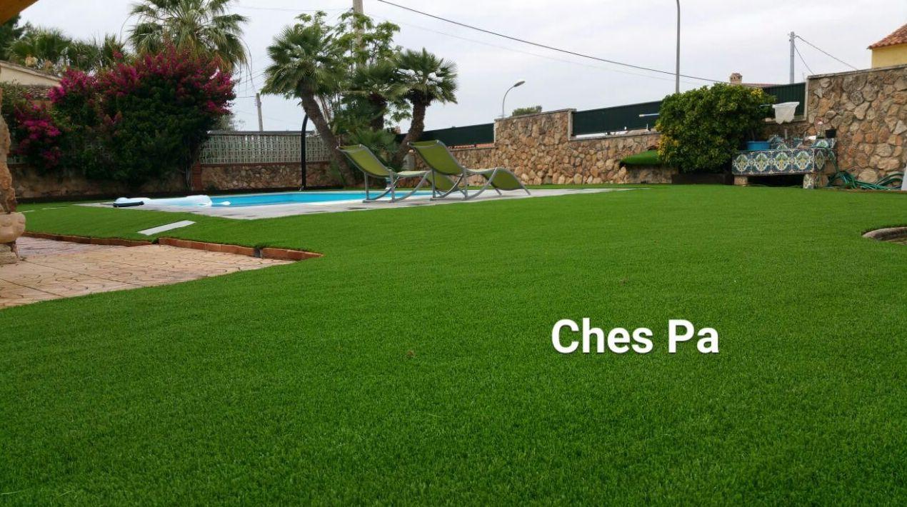 Paisajismo en jardín particular con césped artificial en Valencia