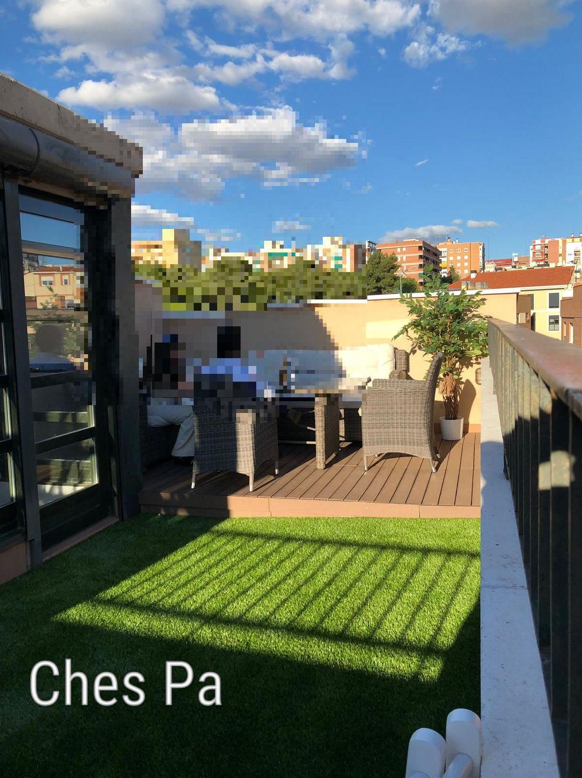 Proyecto en terraza a dos niveles, con césped artificial en Valencia y tarima.