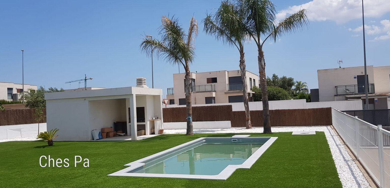 Proyecto integral en jardín particular, con césped artificial en  Valencia