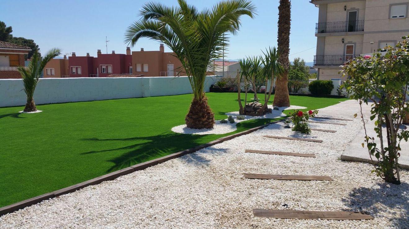 Proyecto Ches Pa paisajismo con césped artificial Valencia en jardín particular