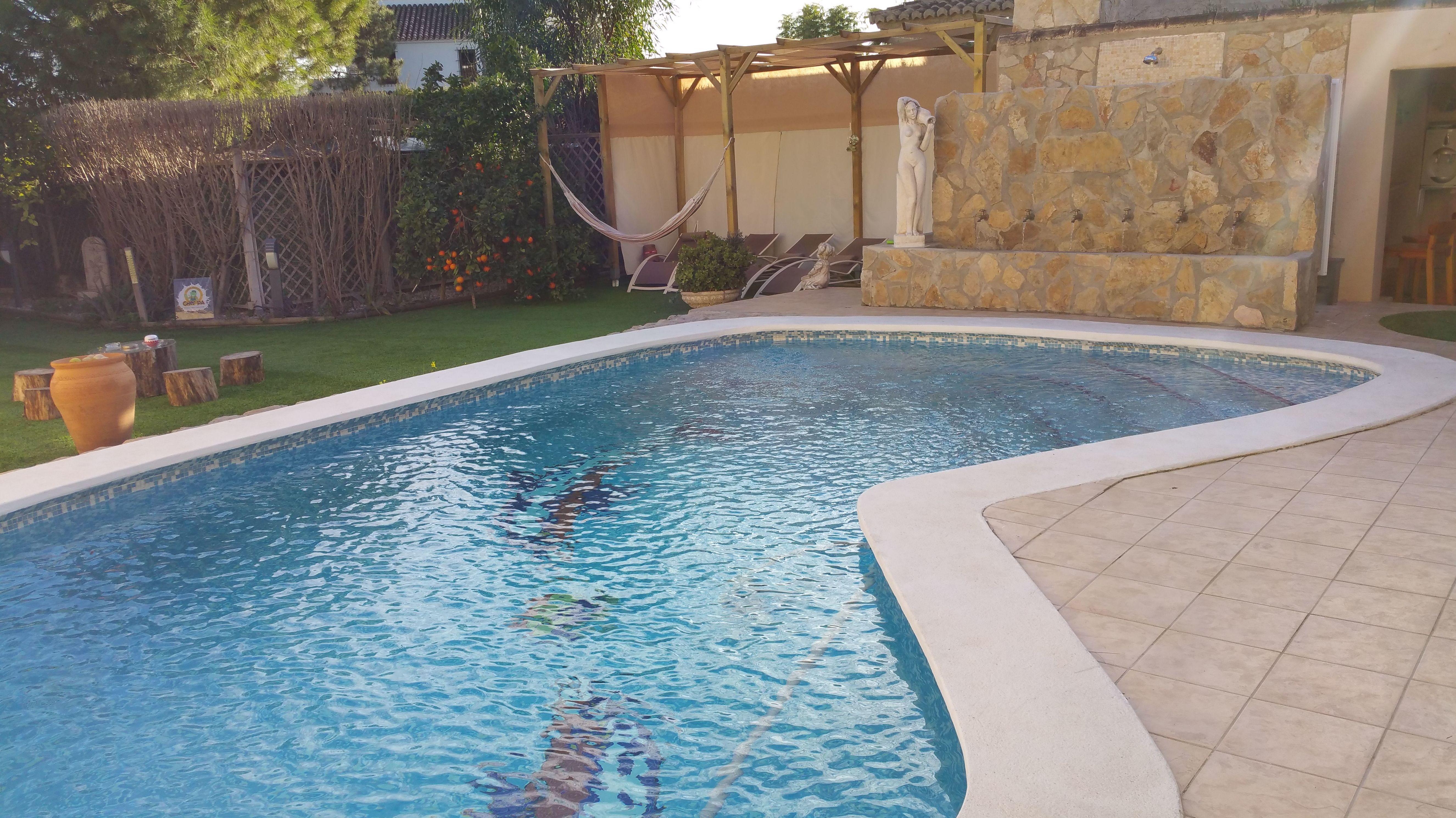 Construcción, mantenimiento de piscinas y acabado con césped artificial para vuestro jardín