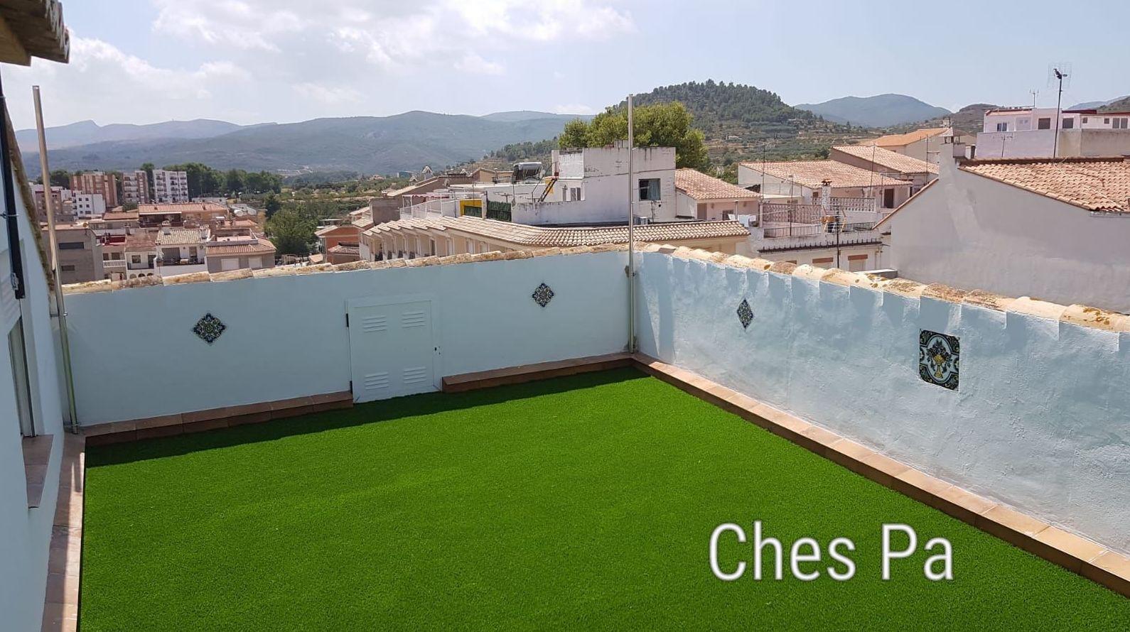 Proyecto integral en terraza, spa, maderas, toldo vela, césped artificial.