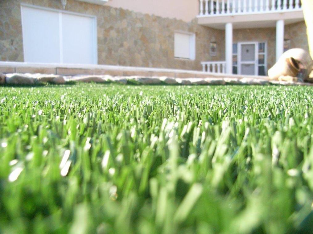 Proyecto-Decoración Ches Pa con césped artificial en jardín particular en Valencia