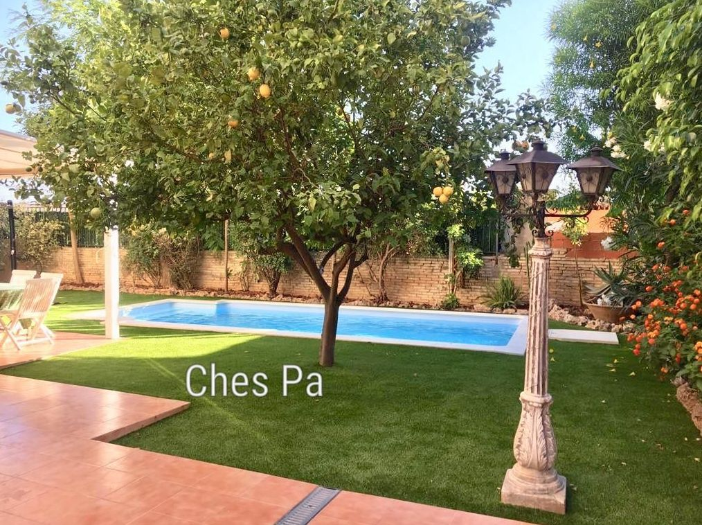 Proyecto paisajismo con césped artificial en Valencia, piscina.